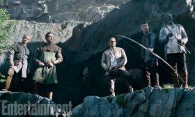 KING ARTHUR: LEGEND OF THE SWORD (2017) (Center-R) CHARLIE HUNNAM as Arthur, AIDAN GILLEN as Bill and DJIMON HOUNSOU as Bedivere