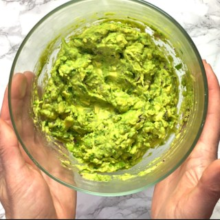 Find out the best and easiest way to keep your guacamole green! See this Healthy Kitchen Hack and more at Teaspoonofspice.com