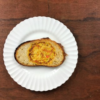 Enjoy your omelet on the go with this veggie, cheese and egg-in-toast breakfast! Recipe and healthy kitchen hack at Teaspoonofspice.com