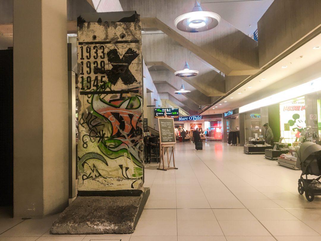 Berlin muren, steder i Europa du kan se berlin muren, berlin muren i köln lufthavn, Berlin muren cologne lufthavn, Berlin muren i Amsterdam, Believe it or not Amsterdam, Berlin muren i Bruxelles, Berlin muren ved Eu parlamentet, Stykke af berlin muren