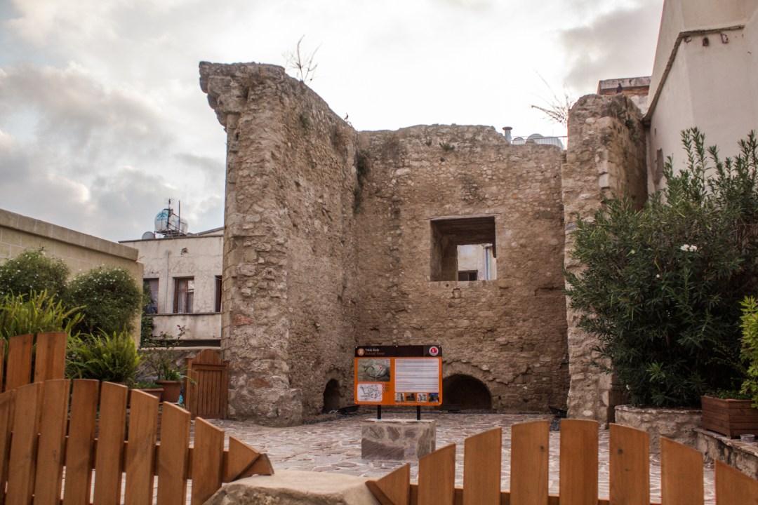 Det ødelagte tårn, historiske seværdigheder i Girne, historiske seværdigheder på Nordcypern, oplevelser på Nordcypern, hvad skal du se på Nordcypern, ferie på Nordcypern, guide til Nordcypern, Guide til Cypern
