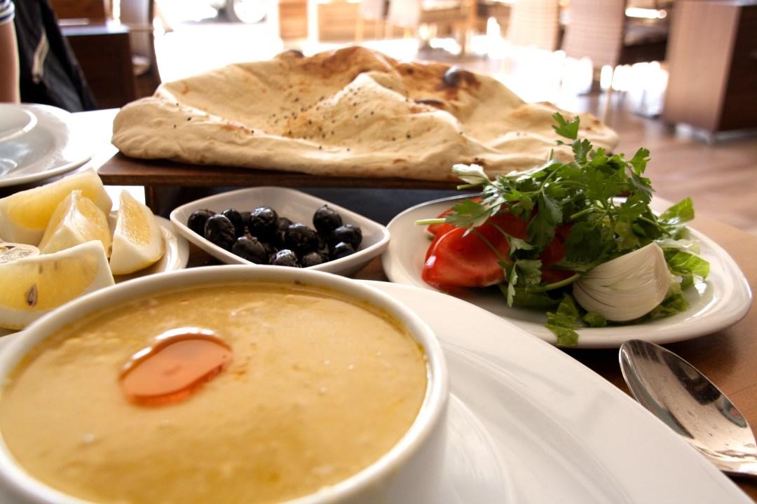 tyrkisk kyllinge suppe, tyrkisk suppe, supper fra tyrkiet, cremet kylling suppe, mad fra Alanya, madguide til Tyrkiet, tyrkisk madguide, tyrkisk mad du skal smage