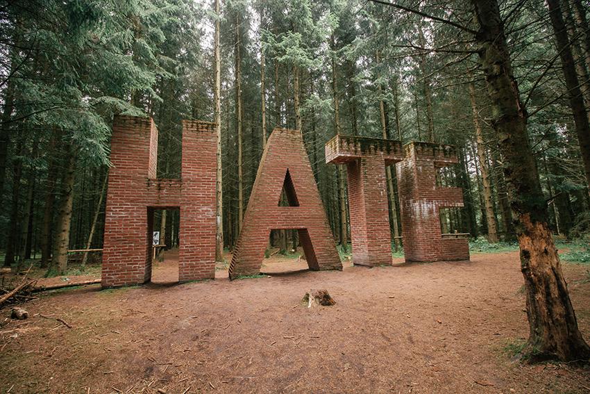 Hate, Hate skulptur, Deep Forest Art Land, Hate i mursten, skulptur skov, seværdigheder i Herning, Herning seværdigheder,
