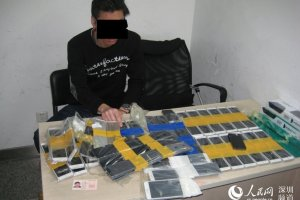 Man Caught with 94 iPhone 6 China