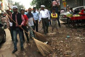 APP supporters clearing Garbage