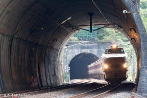 北陸トンネルを抜けるボンネット臨時列車