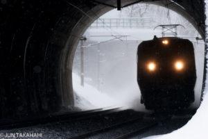 北陸トンネルを抜ける特急サンダーバード