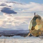スウェーデンの田舎町で輝く金色の建造物「Solar Egg」、その目的とは?