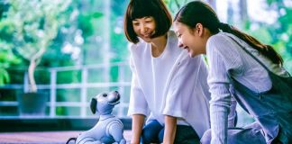 sony-aibo-ers-1000-robot-dog-companion-entertainment-pet-two japanese-women-playing-floor-news-unboxing-therapy