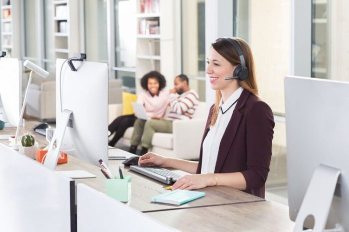 bluetooth-headset-logitech-zone-wireless-woman-mulberries-hearsay-desk-contact-center-visual-collaboration