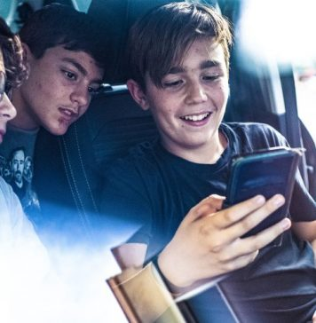Child-Parenting-GPS-Tracking-Children-Beacon-Apps-Software-Kids-Tracker-Group-Car-Smiling-Happy-Excited