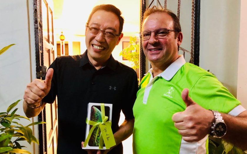 StarHub CEO Peter K delivered the first iPhone XS Max to StarHub customer Edwin Sim