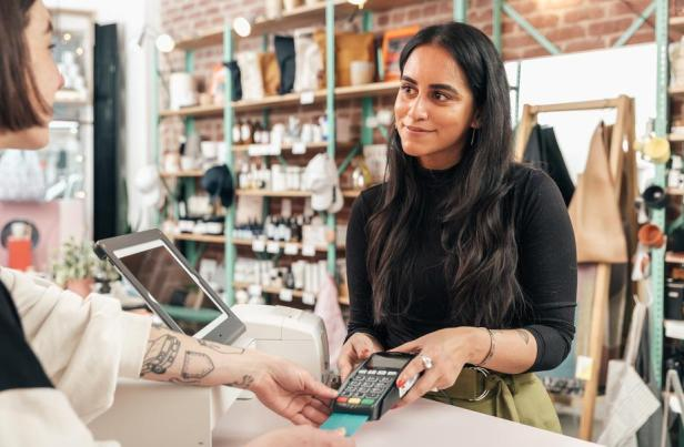 merchant-taking-credit-card-payment_925x