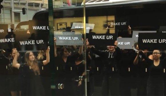 """Οι """"διαδηλωτές"""" έξω από κατάστημα της Apple"""