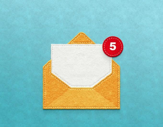 Imagen de un sobre amarillo con un punto de notificación rojo.