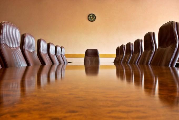 Sala de reuniones con una gran mesa pulida y sillones Otras fotos de esta serie empresarial: