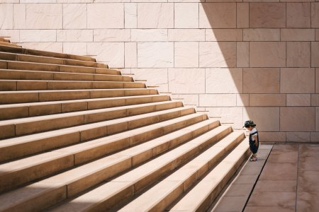 Child at the bottom of steps - Photo by Mikito Tateisi on Unsplash