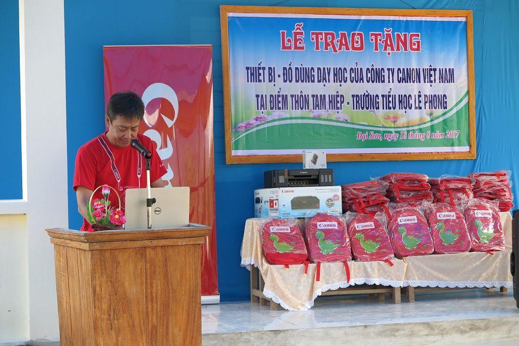 Ông Hiroshi Yokota – Tổng Giám đốc Canon Marketing Việt Nam cũng đến và thăm các em nhỏ