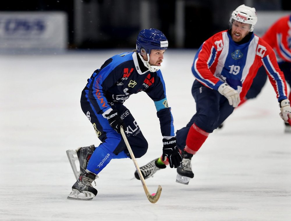 Mikael Lickteig chases down an opponent in a Norwegian Bandy Match  Image Credit: TRINE JØDAL - budstikka