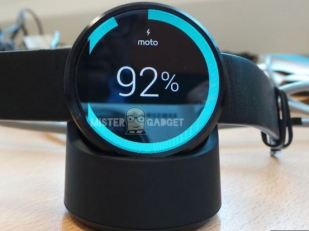 Motorola Moto 360 wireless charging with dock