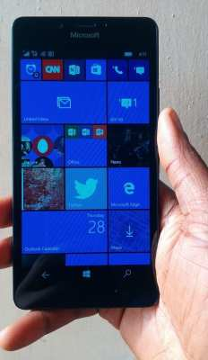 microsoft-lumia-950-off-on-hand