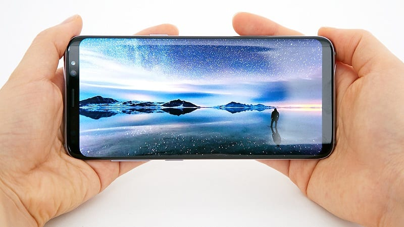 Samsung Commits to Foldable OLED Phones for 2018