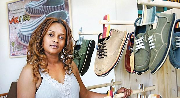 Unternehmerin Bethlehem Tilahun Alemu steht in einem soleRebels-Laden in Addis Abeba (Foto vom 17.02.2012). Die Öko-Schuhe der kleinen Firma soleRebels in Äthiopien haben einen Erfolgszug um die Welt angetreten. Auch in New York wurden die aus recycelten Reifen gefertigten Sohlen bereits gesichtet. Foto:Carola Frentzen dpa (zu dpa KORR:«Rebellen auf leisen Sohlen» vom 24.02.2012)  +++(c) dpa - Bildfunk+++ Publikationsname / Publikationsnummer / E-Tag TT.MM.JJJJ (optional)