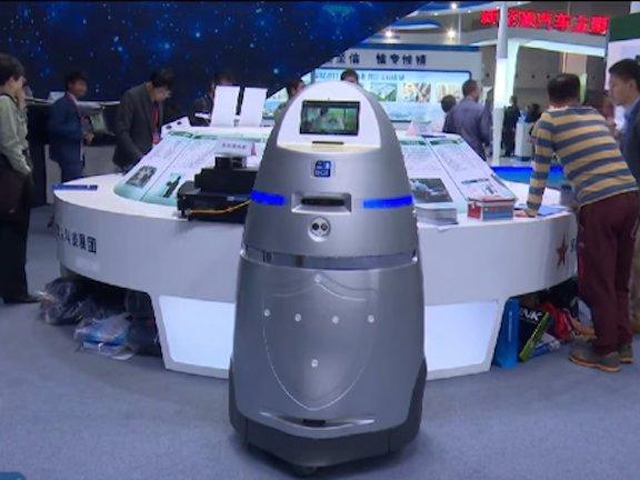 로봇이 길거리를 지키고 데이터로 범죄를 예측하는 중국 경찰의 미래