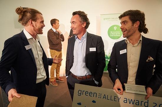 Jan Patrick Schulz (Mitte), CEO der Green Alley Investment GmbH, umgeben von den Gewinnern des Green Alley Award 2015, das britische Start-up Adaptavate.