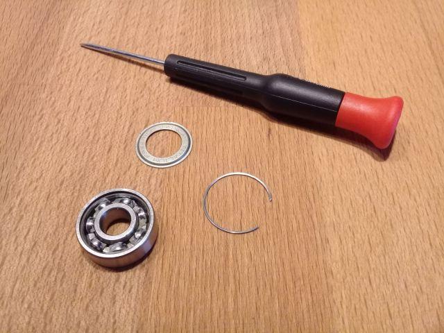 Comment nettoyer ses roulements de patins de roller hockey - Protections latérales métalliques et circlip démontés