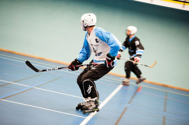 Deux joueurs de hockey n'ayant pas leur crosse au sol