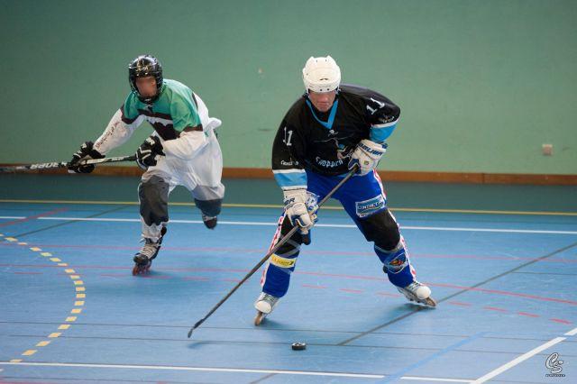 Deux joueurs de roller-hockey