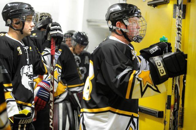 Equipe de hockey juste avant un match - Photo de Justin Connaher via US Dept of Defense