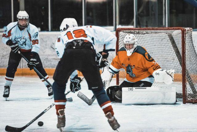 Gardien de hockey en papillon avant un tir - Floris Jan-Roelof via Unsplash