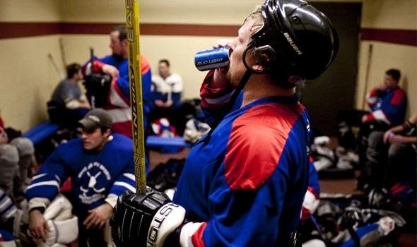 Joueur buvant une bière après un match