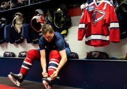 Joueur se préparant avant un match de hockey