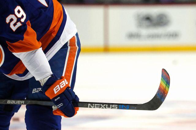 Le joueur Brock Nelson des Islanders de New York a tapé sa palette avec du Pride Tape - Photographe inconnu, via GettyImages