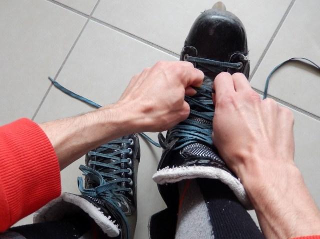 Comment lacer efficacement ses patins de hockey - Patin de roller hockey - Lacets en cours de serrage 1
