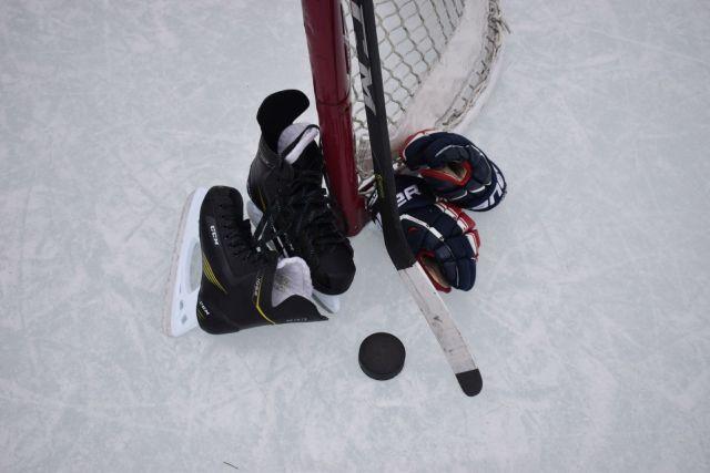 Patins, bâton, rondelle et gants de hockey - Photo par Mariah Hewines via Unsplash