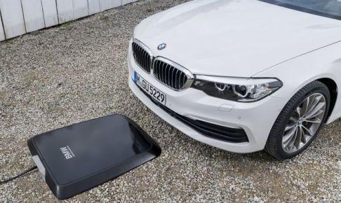 これは便利!駐車するだけで電気自動車のバッテリーをチャージ!?BMW