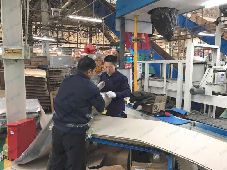 The level of noise was high on the factory floor, but Fushida staff did not wear any protective gear. Image from Tencent Finance.