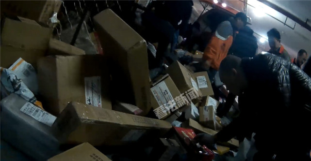 STO Express couriers picking their fingers into parcels. (Image Credit: 看法新闻)