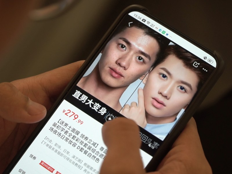 A user browses Pinduoduo for makeup products for men. (Image credit: TechNode/Shi Jiayi)