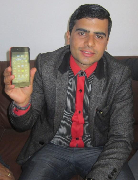 कार्बनको एन्ड्रोयड वानमा आधारित स्मार्टफोन स्पार्कल भी देखाउँदै मोबाईल व्यवसायी गुरुदत्त शर्मा ।