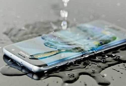 वर्षामा पानीबाट यसरी जोगाउनुस् आफ्नो मोबाइल फोन, मोबाइल भिजेमा यी काम गर्दै नगर्नुस्