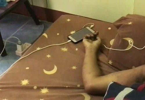 स्मार्टफोन चार्जमा राखेर ईयरफोनबाट गीत सुन्दा युवकको मृत्यु
