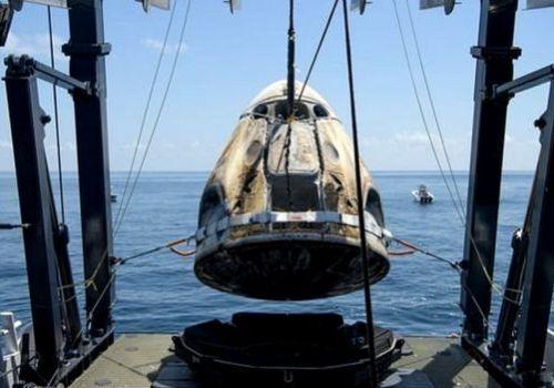 नासाका दुई अन्तरिक्ष यात्री स्पेसएक्स ड्र्यागन क्याप्सुलबाट पृथ्वीमा अवतरण