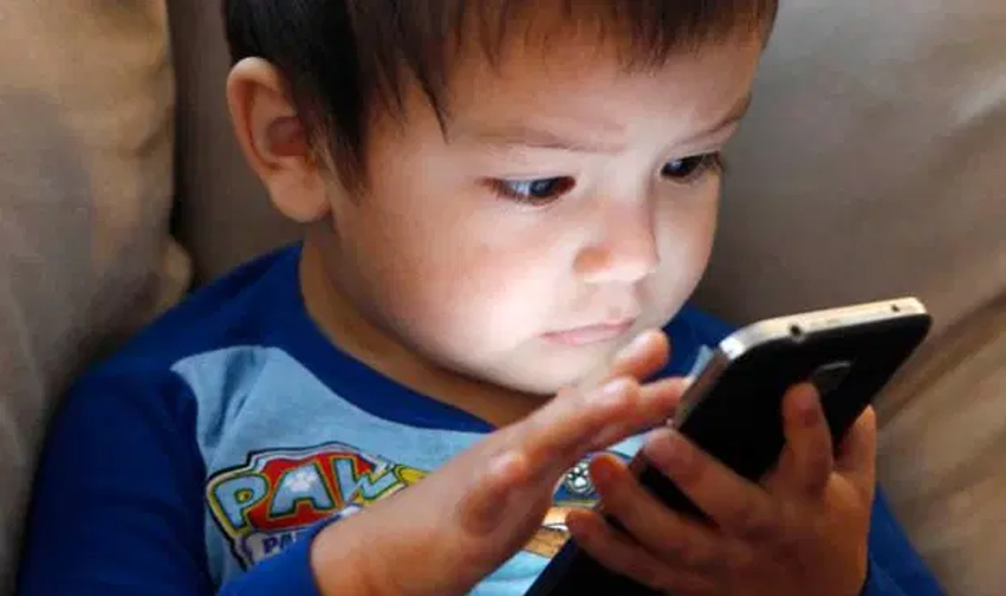 मोबाइलको दुरुपयोग अभिशाप बन्दै, बालबालिकाको ज्यानै जोखिममा
