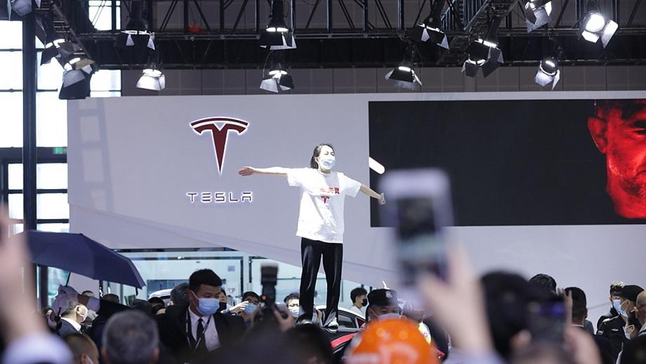 चीनमा टेस्लाको विरोध गर्ने एक महिला प्रहरीद्वारा पक्राउ