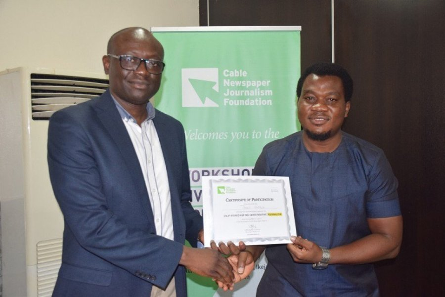 Simon Kolawole, CEO of TheCable presents certificate to Taiwo George, new Editor of TheCable, at the inaugural worksho of Cable Journalism Foundation